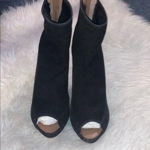Black fur lined Ugg shoes size 11